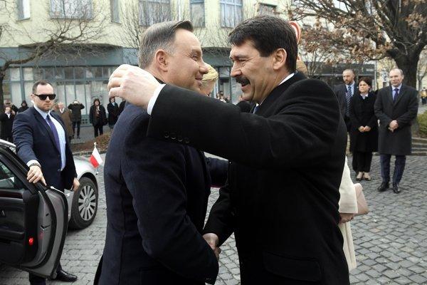 Áder a Duda vystúpia na konferencii o maďarsko-poľskom priateľstve.