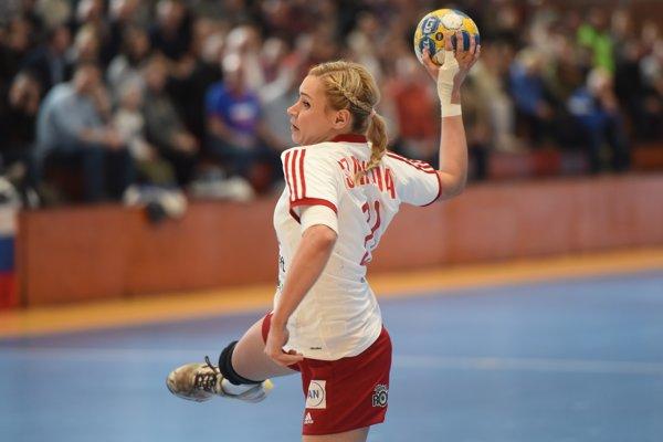Simona Szarková strieľa na bránu v zápase proti Taliansku.