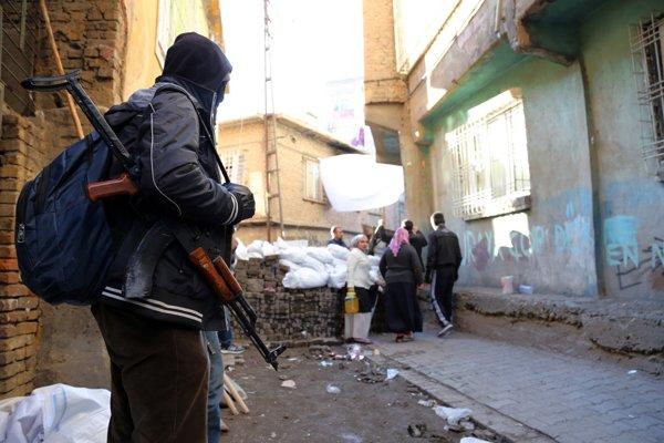 V uliciach Diyarbakiru hliadkujú aj ozbrojenci Kurdskej strany pracujúcich.