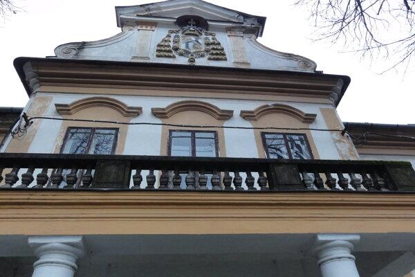 Z Migazziho kaštieľa vyletujú celé kusy, odpadla aj časť na priečelí hore vpravo. Stĺpy sú nestabilné, balkón nad nimi preto uzavreli.