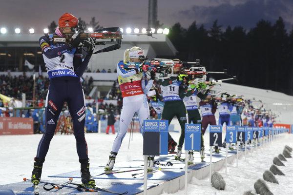 Anastasia Kuzminová (najbližšie v zábere) napokon boj o veľký glóbus s Kaisou Mäkäräinenovou (za ňou) prehrala.