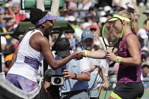 Venus Williamsová (vľavo) postúpila v Miami do osemfinále.