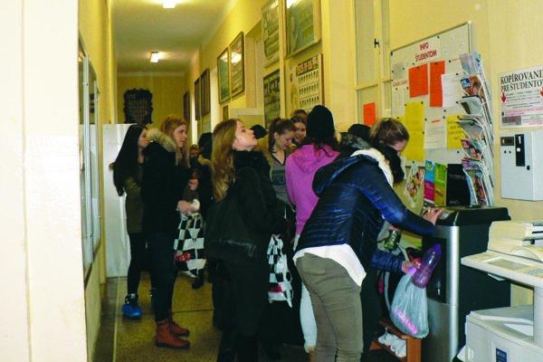 V niektorých školách od 25. januára bežný ruch utíchol, v niektorých sa normálne učilo.
