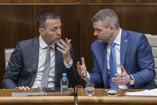 Predseda vlády Peter Pellegrini v debate s ministrom vnútra Tomášom Druckerom počas rozpravy k vládnemu dokumentu.