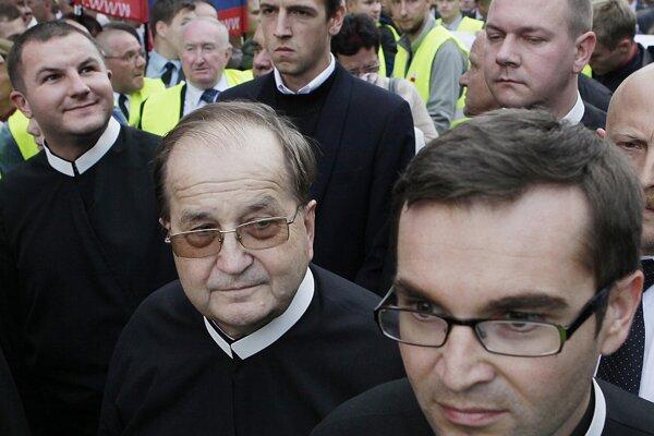 Na fotografii z protestu proti vláde z roku 2012 je zachytený aj kontroverzný poľský kňaz Tadeusz Rydzyk (v strede).