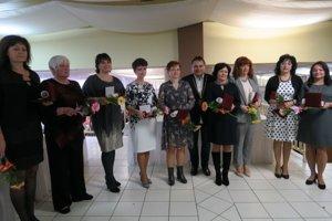 Primátor mesta Veľký Krtíš Dalibor Surkoš s ocenenými učiteľkami.