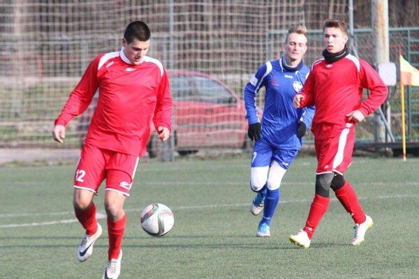 Z prípravného zápasu v Nitre v červených dresoch Vrábľania - zľava Srb Advigo a Bakaľár.