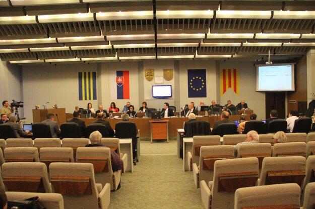 Podľa poslancov má funkciu valného zhromaždenia aj naďalej vykonávať mestské zastupiteľstvo.