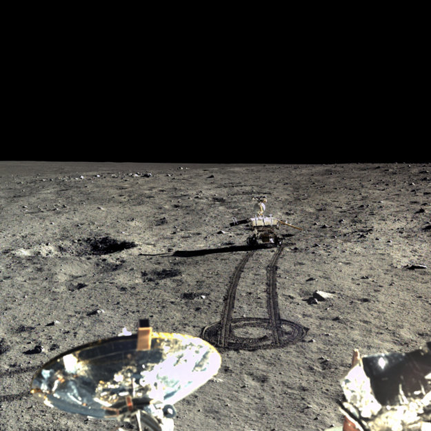 Pristávací modul zachytil tento mozaikový záber roveru Yuta ako mieri na juh v decembri 2013.