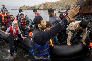 Migranti prichádzajú na nafukovacom člne na grécky ostrov Lesbos.