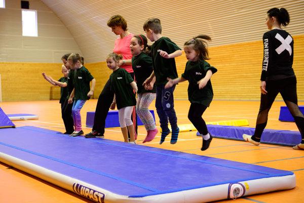 Nové gymnastické náradie predviedli na ZŠ Tulipánová.