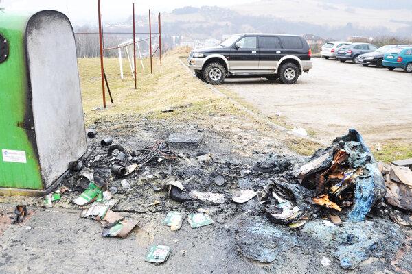 Dva plastové kontajnery zhoreli úplne, oheň poškodil dve autá.