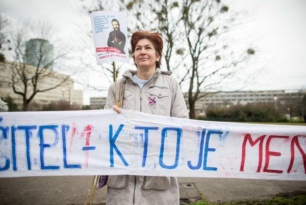 Protestné zhromaždenie štrajkujúcich učiteľov pred úradom vlády v Bratislave.