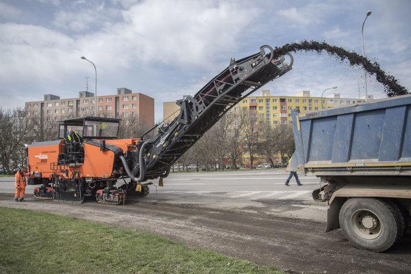 Začiatok opráv ciest po zime na Dolnozemskej ceste v Petržalke.