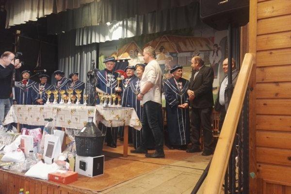 Ferdinand Hrušecký preberá ocenenie za svoju manželku na festivale ovocných destilátov v Radimove.