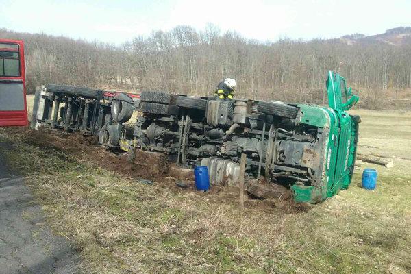 Kamión sa prevrátil mimo cesty.