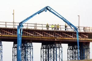 Na rozostavanom úseku diaľnice pracuje 400 robotníkov.