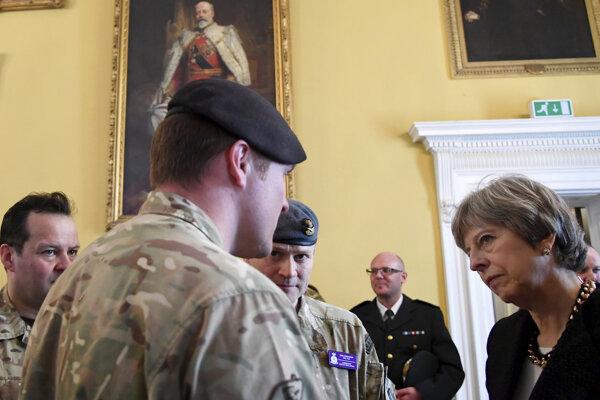 Britská premiérka Theresa Mayová s vojakmi v Salisbury.