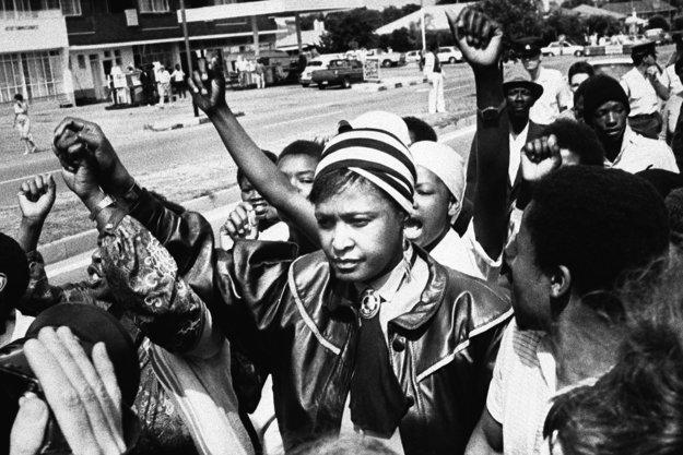 Winnie Mandelová spolu s ďalšími aktivistami na archívnej fotke z roku 1986.