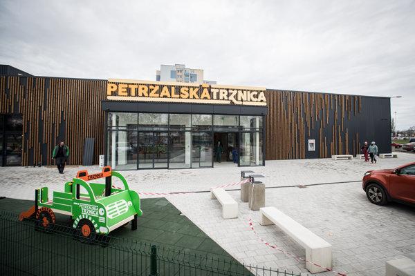 Práce na Petržalskej tržnici finišujú ešte aj deň pred otvorením.