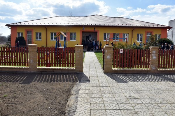 Na snímke zrekonštruovaná budova Materskej školy v obci Vojany (okres Michalovce).
