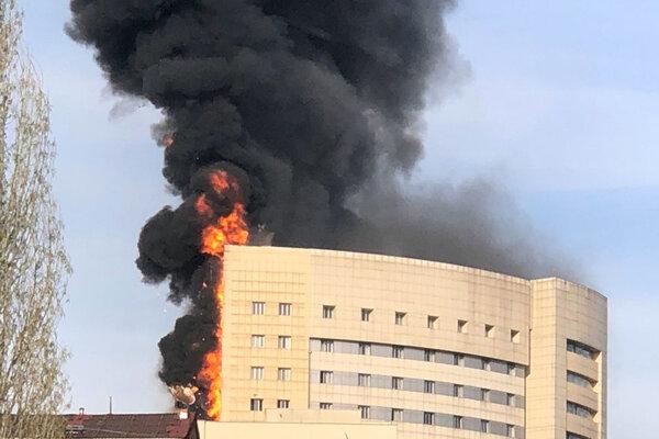 Mohutný požiar v nemocnici Taksim Ilk Yardim v istanbulskej štvrti Gaziosmanpaša.
