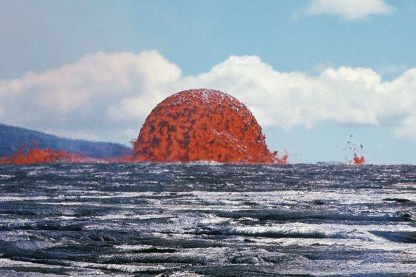 Kupola lávovej fontány siahala do výšky 20 metrov. Podobné javy sú podľa geológov veľmi vzácne. Záber vznikol 11. októbra.
