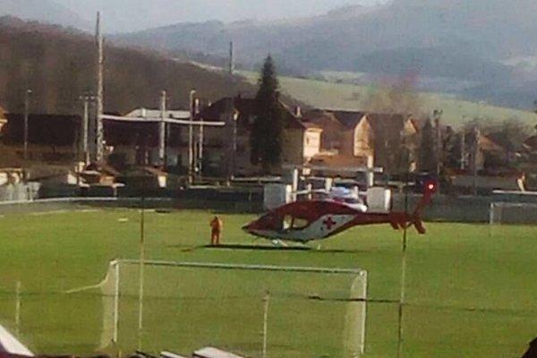 Záchranársky vrtuľník pristál na ihrisku v Margecanoch.
