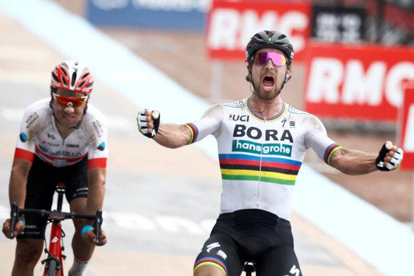 Peter Sagan (vpravo) vo finiši Paríž - Roubaix 2018.