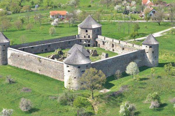Bzovík, pevnosť spojená s rodom Hont-Poznanovcov. Ich prapredkovia pochádzali z Turca.