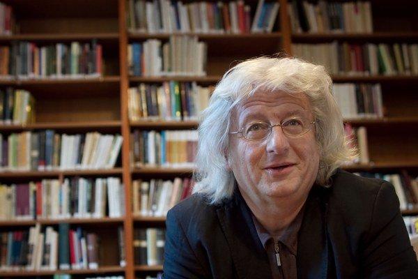 Péter Eszterházy: Keď diktatúra rozhoduje o všetkom, ľudia sa správajú ako malé deti.