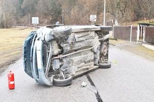 Vodič nezvládol jazdu, skončil na boku.