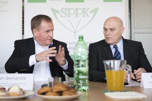 Zľava predseda Slovenskej poľnohospodárskej a potravinárskej komory Milan Semančík (SPPK) a podpredseda SPPK Dušan Janíček počas pracovného stretnutia SPPK s médiami.