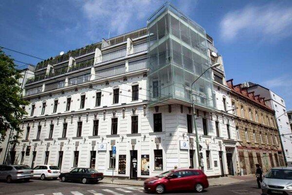 V byte na bratislavskej Cintorínskej ulici mala ešte nedávno asistentka Smeru Veronika Bernadičová svoje sídlo.