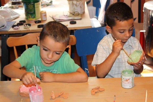Časť vzdelávacích aktivít v komunitnej škôlke preniesli priamo do domácností. Do projektu sú tak priamo zapojené deti aj rodičia.