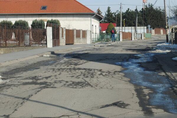 Družstevná ulica v Nižnej Šebastovej. Už by sa jej hodila rekonštrukcia.