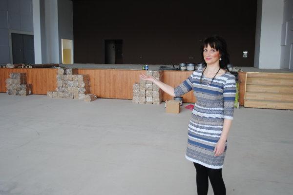 Riaditeľka Mihoková ukazuje, ako pokračujú práce v MsKS.
