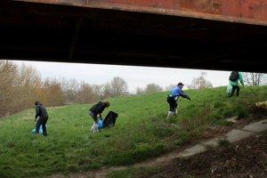 Veľa vecí robí Martin Vyžinkár sám, okolie rieky však nedávno upratovali asi tridsiati.