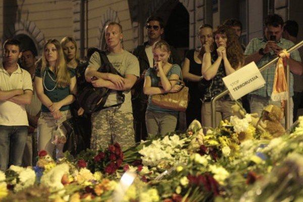 Kvety a sviečky pred holandským veľvyslanectvom v Kyjeve.