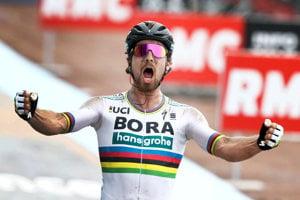 Peter Sagan v drese tímu Bora-Hansgrohe víťazí na monumentálnej klasike Paríž - Roubaix.