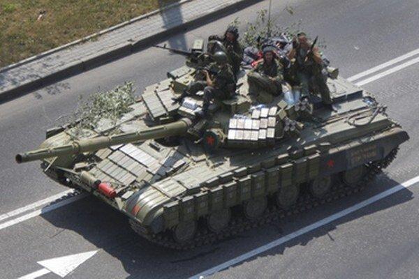 Proruskí separatisti na tanku.