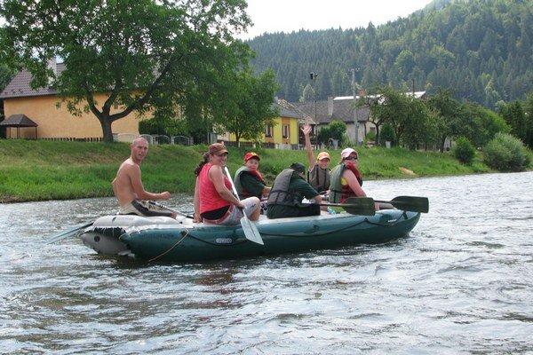 Splav na Hrone je populárny, no nie až tak ako splavovanie v Česku.