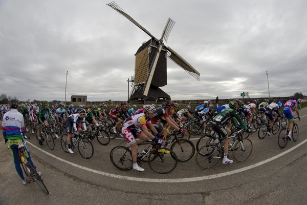 Momentka z pretekov Amstel Gold Race z roku 2013.