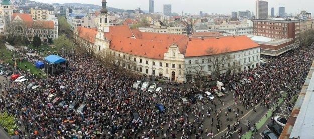 Zaplnené Námestie SNP v Bratislave.