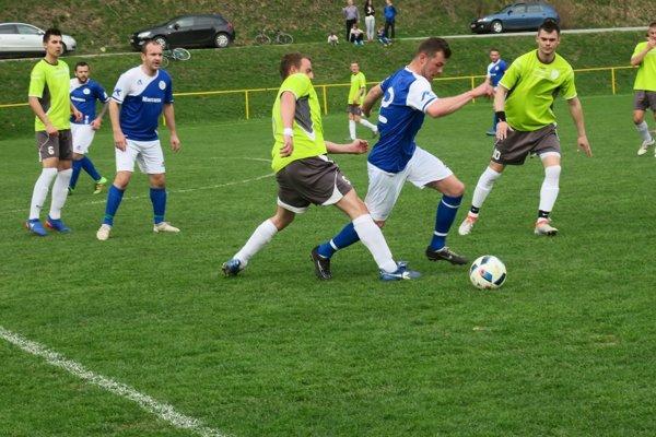 H. Poruba (v zelenom) si zmerala sily v derby s Košecou.