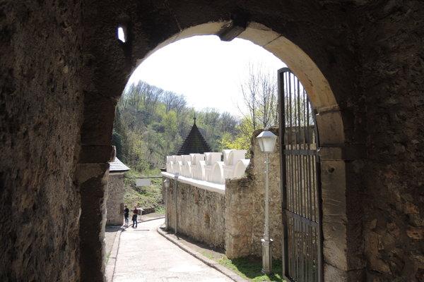 Obnovené cimburie na prístupovej ceste k Trenčianskemu hradu.
