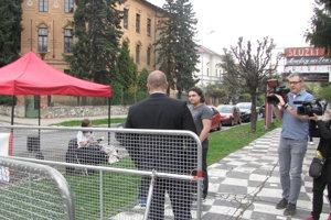 Mazurek sa na chvíľu zastavil medzi aktivistami, ktorí tu organizovali Verejné čítanie proti nenávisti.