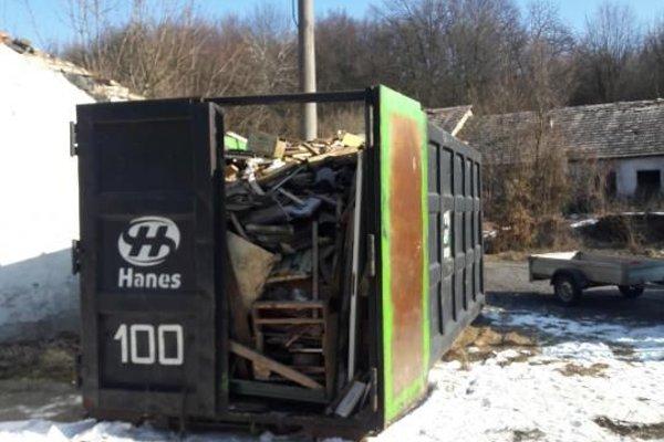 Kontajner s drevným odpadom.