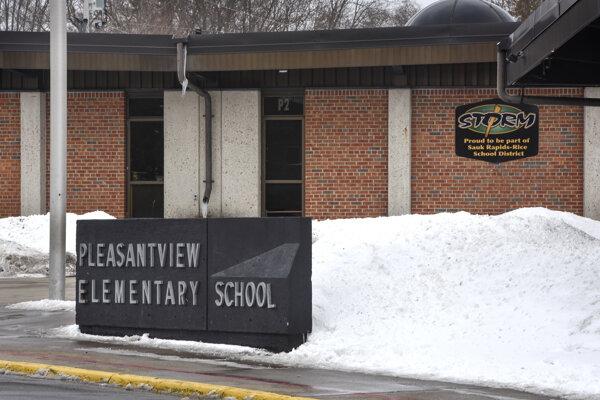 K útoku došlo pred začiatkom vyučovania na základnej škole Pleasantview v Sauk Rapids.