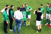 Horné Saliby doma porazili Šoporňu 3:1 a vedenie klubu blahoželalo bývalému predsedovi Michalovi Hovorkovi k jubileu.